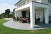 Terrasse aus Natursteinboden mit Ueberdachung