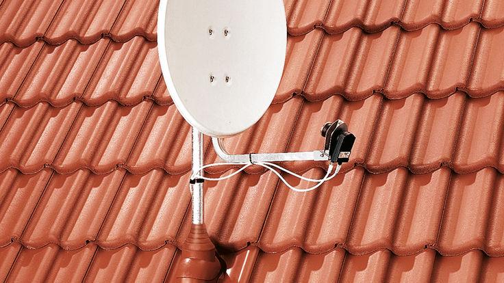 Montierte Satellitenschuessel am Dach