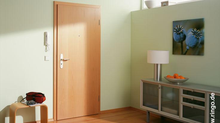 Zimmer mit grünen Wand und Holztür