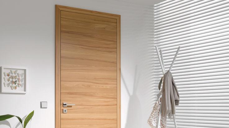 Raum mit schwarzen Teppich und Zimmertür aus Buchenholz