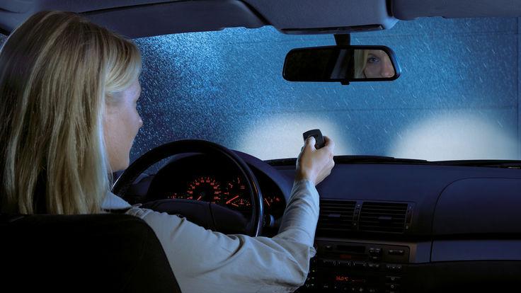Autofahrerin betätigt Fernbedienung