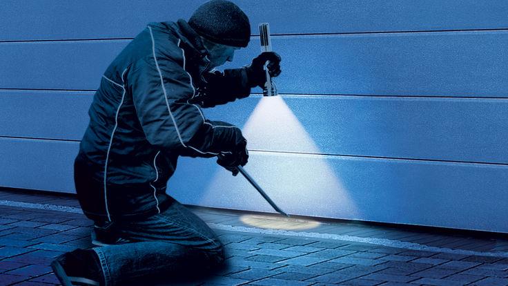 Einbrecher vor Garagentor