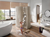 Kind spielt mit Schaum vor der Dusche