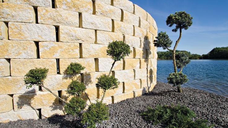 Steinmauer am Seeufer