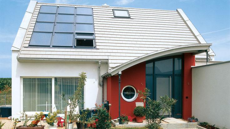 Haus mit Solar-Loesung und Dachfenster