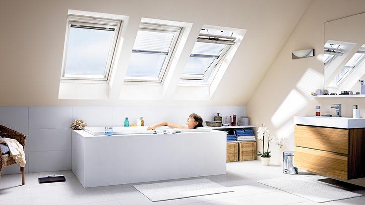 Badende Frau unter drei Dachfenstern