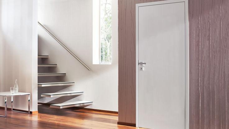 Treppenaufgang mit weißer Tuer