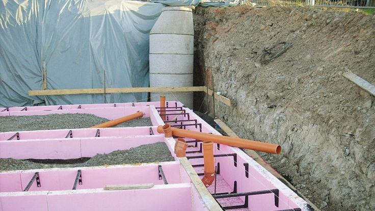 Baugrube mit Fundamentschalung