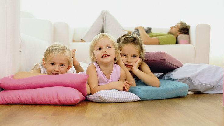 Drei auf Kissen liegende Kinder am Fussboden