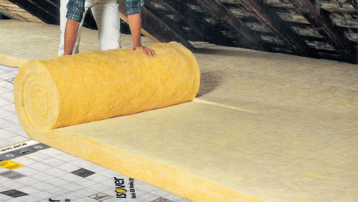 Dachbodendaemmung durch Verlegen von Daemmmatten aus Mineralwolle