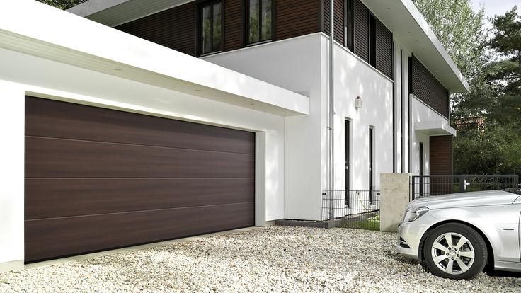 Haus mit braunen Garagentor