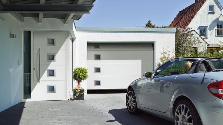Silbernes Auto vor weißer Garage mit Sectionaltor