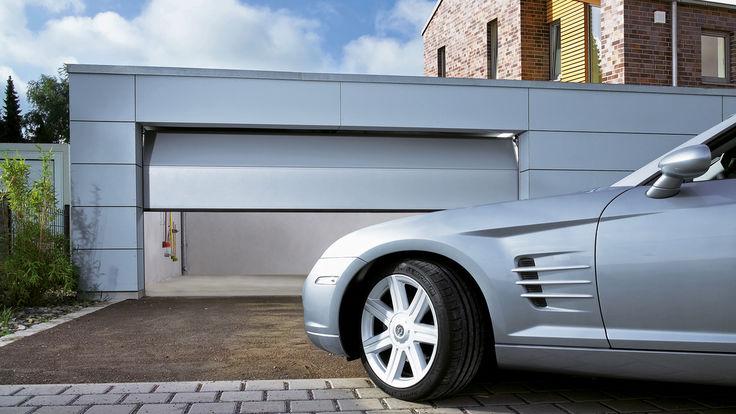 Auto vor grauem Sectionalt-Garagentor