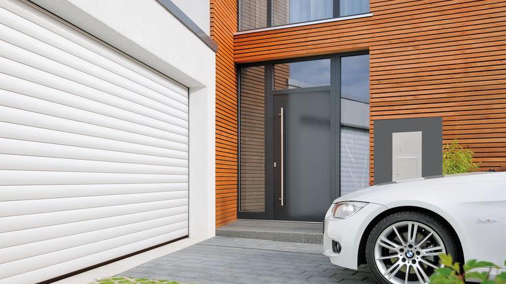 Weißes Auto vor Garage mit Rolltor