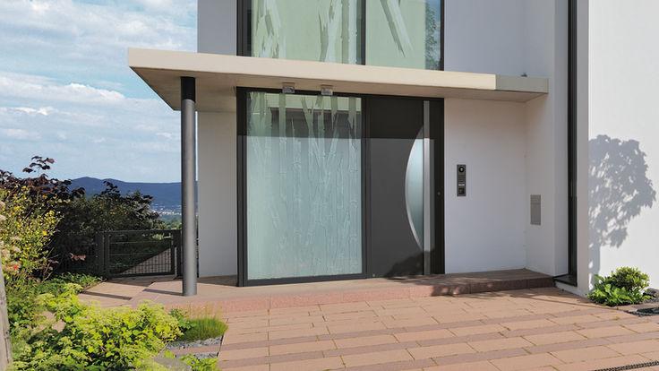 Hauseingang mit großen Glasfenster