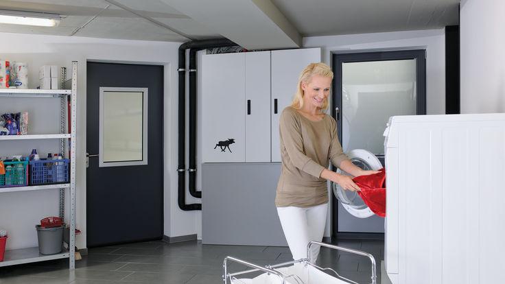 Frau im Waschraum