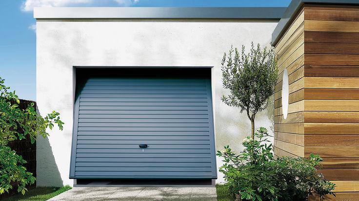Garage mit blauem Schwingtor