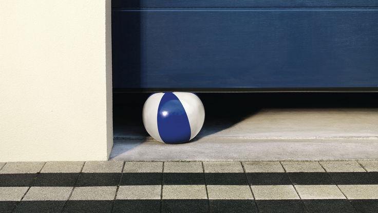 Ball unter Garagentor eingeklemmt