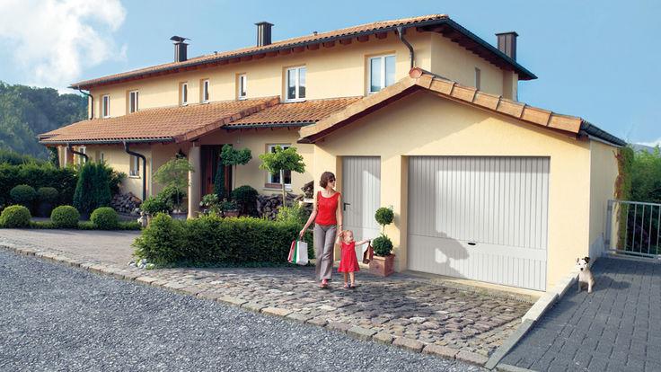 Beigefarbenes Haus mit Mutter und Kind