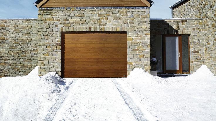 Schneebedeckte Garagenzufahrt