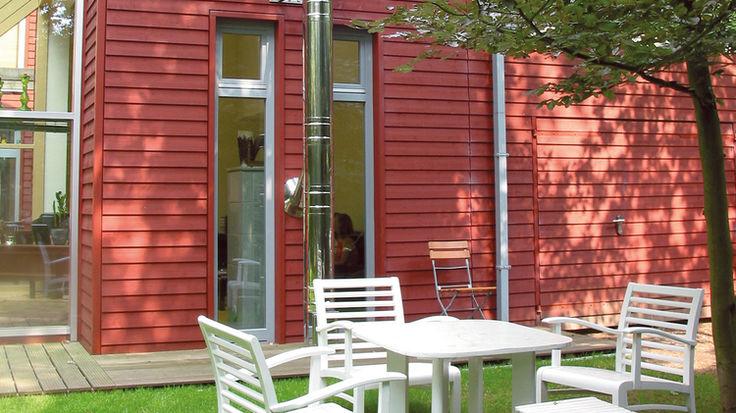 Haus mit weinroten Holzpaneelen-Fassade