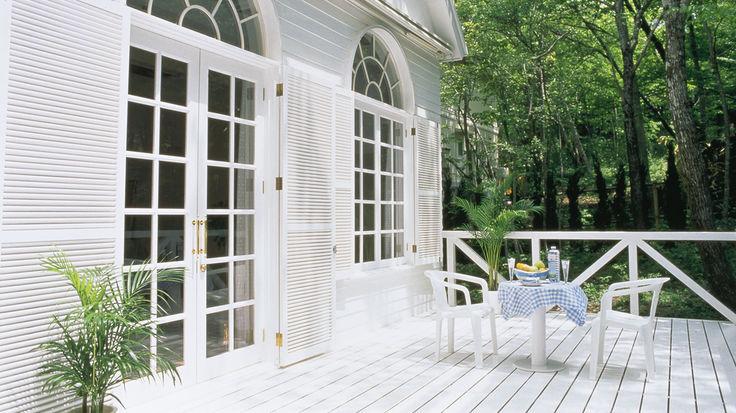 Weiße Holzpaneelen-Fassade