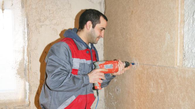Befestigen der Holzfaser-Daemmplatten an die Wand