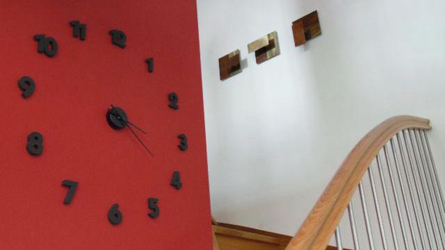 Uhr auf roter Wand